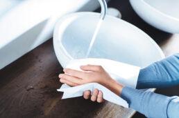 Hände trocknen mit Fripa Papier Handtuch
